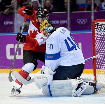 Мэтт Дюшейн атакует ворота сборной Финляндии