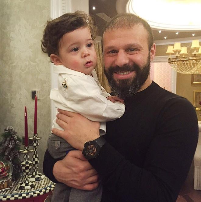 Гёкдениз Карадениз с сыном
