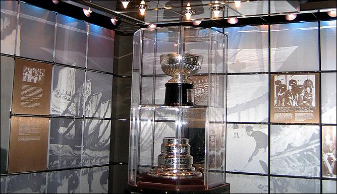Между прочим, подлинный кубок Стэнли стоит в Зале хоккейной славы в таком виде