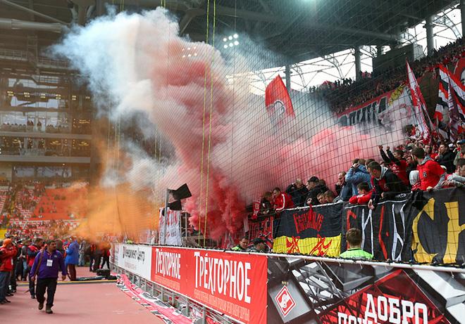 Фанаты «Спартака» ещё и начинают тайм с файер-шоу, перерастающего в небольшой пожар
