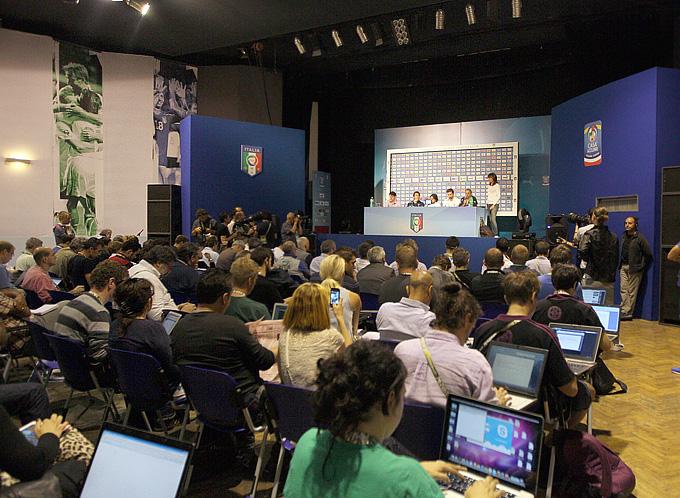Журналистов собралось – человек сто (вместе с телевизионщиками, которые снимали с балконов). Но места хватило всем