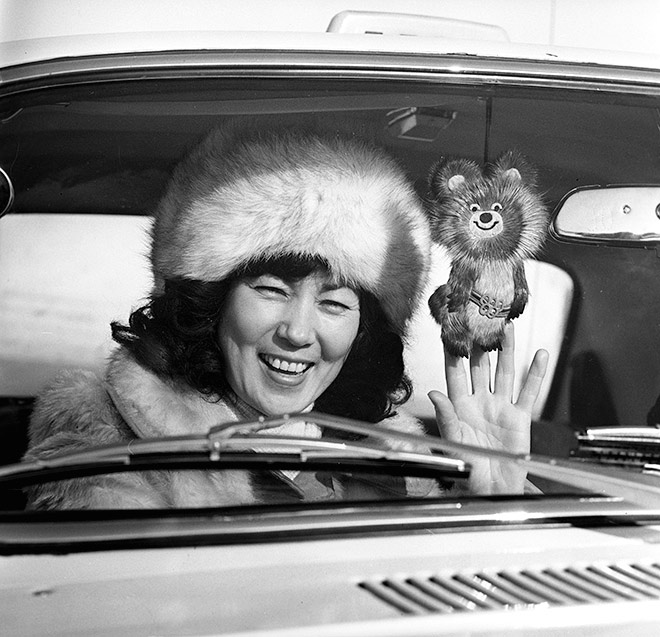 Девушка с олимпийским Мишкой, изготовленным на якутской фабрике «Сардаана»