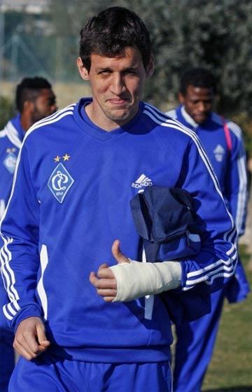 Данило Силва в гипсе и с синяком, но с улыбкой на лице