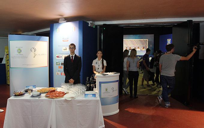 По окончании пресс-конференции для журналистов был накрыт небольшой столик с закусками и (внимание!) вином