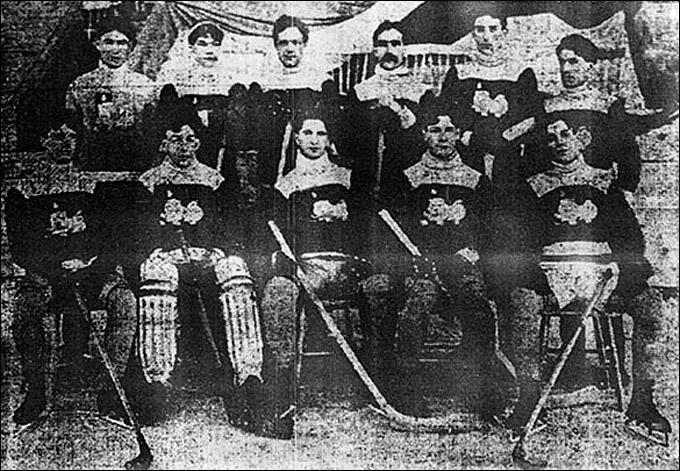 """Томми Филлипс (сидит второй справа) в составе """"Торонто Мальборос"""""""