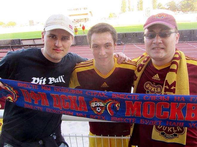 Вячеслав Караваев с русскими болельщиками «Дуклы»
