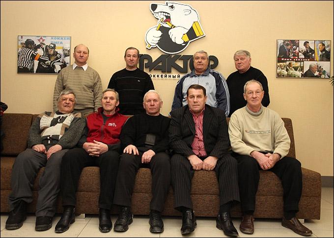 """Ветераны """"Трактора"""" в офисе клуба. Во втором ряду крайний справа — Анатолий Картаев"""