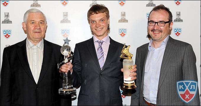 Павел Здунов (в центре) и его призы по итогам сезона-2010/11