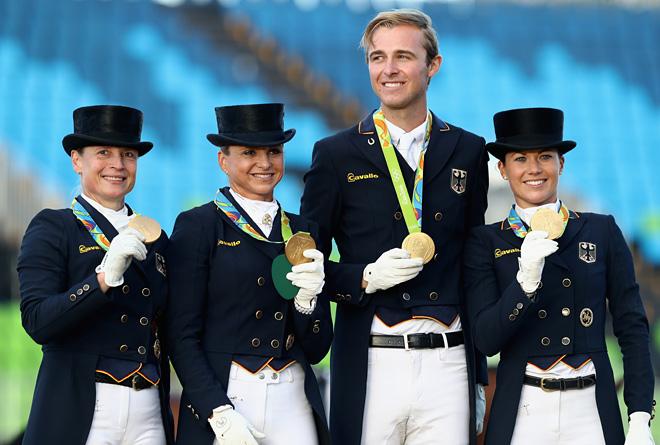 Изабель Верт (вторая слева)