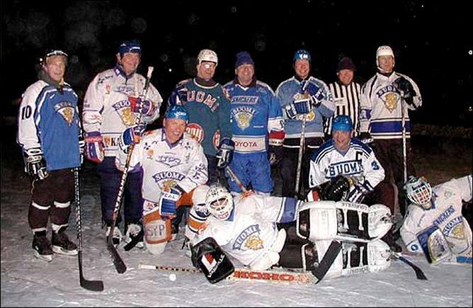 Пекка Марьямяки (второй слева) в составе ветеранской сборной Финляндии