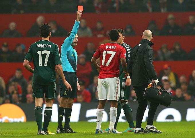 Турецкий судья показывает Нани красную карточку