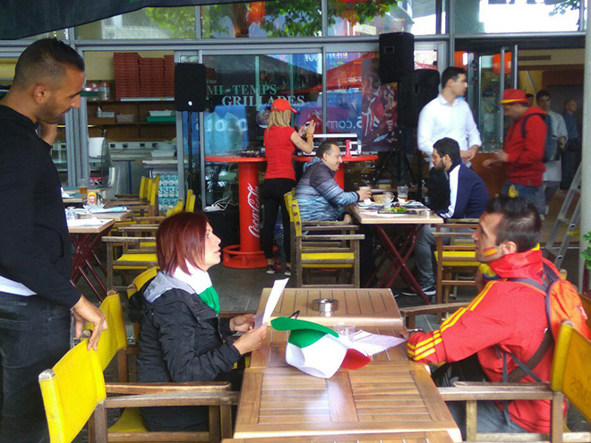Итальянка и испанец сидят за столиком друг напротив друга