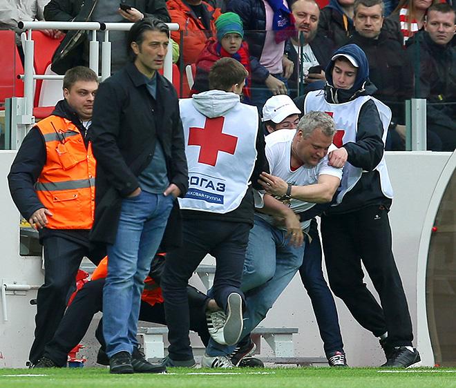 По ходу матча спартаковский болельщик пытался прорваться к Якину, чтобы выразить неудовлетворение игрой красно-белых. Диалог предотвратили стюарты