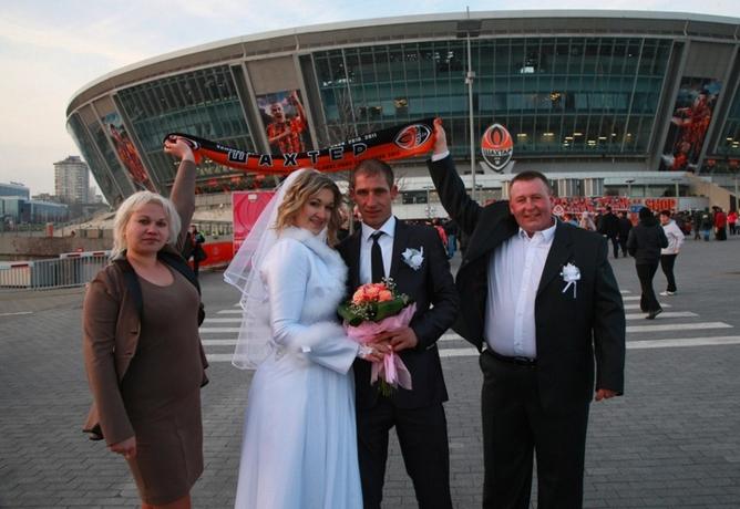 """Молодожёны возле """"Донбасс Арены"""""""