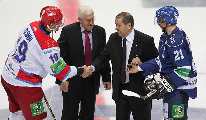 Символическое вбрасывание провели величайшие хоккеисты XX века – Борис Михайлов и Александр Мальцев.