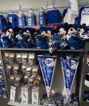 Магазинов на стадиона больше 10, выбор атрибутики — огромный
