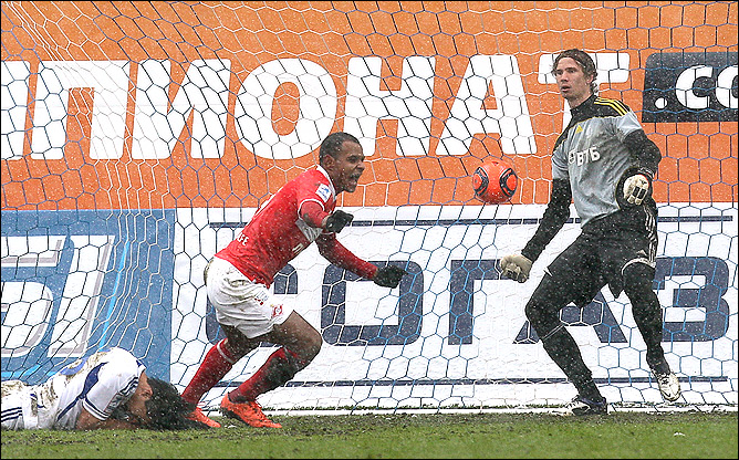Кристиан Нобоа отправляет мяч в свои ворота