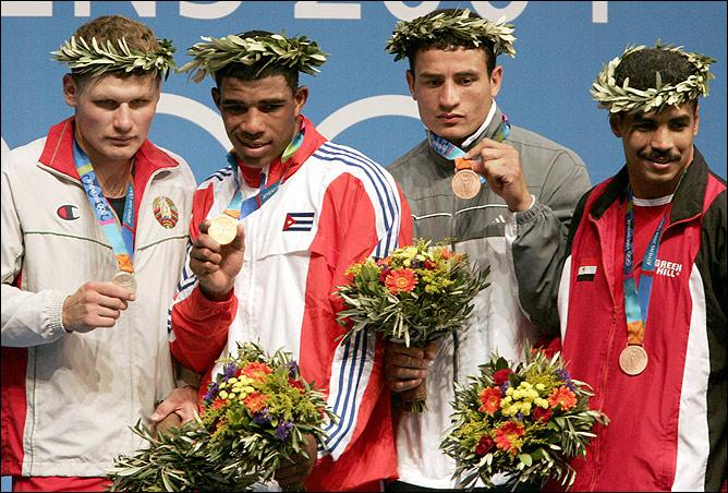 В финале ОИ-2004 Одланьер Солис (второй слева) взял верх над белорусом Виктором Зуевым (23-13).