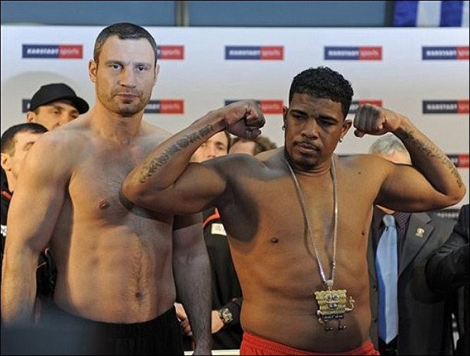 Накануне состоялась церемония взвешивания. Кличко потянул на 113,2 кг, а весы под Солисом зафиксировали 112 кг ровно.