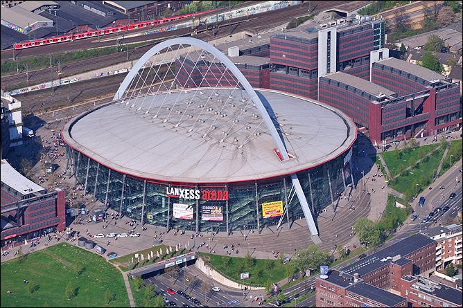 Та самая Lanxess-Arena в Кёльне, на которой развернутся сегодняшние боевые действия. Стадион построен в 1996 году, вмещает до 20 тысяч человек.