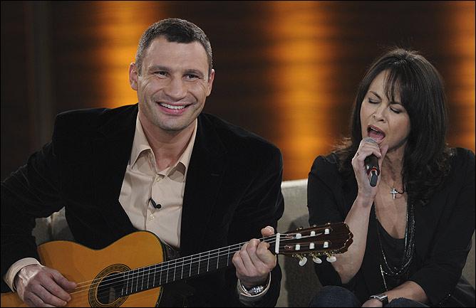"""В свободное от боёв время Кличко не чурается принимать участие в различных шоу, на одном из последних вместе с женой он спел песню """"Мохнатый шмель""""."""