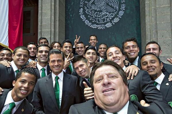 Эррера и сборная Мексики с президентом страны