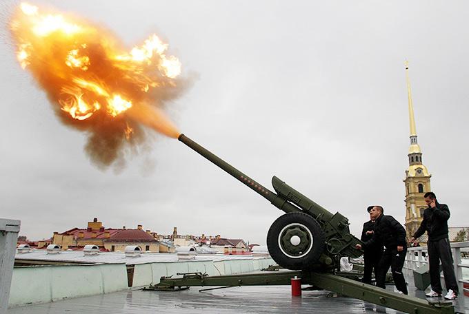 Залп из пушки Петропавловской крепости производит Михаил Южный