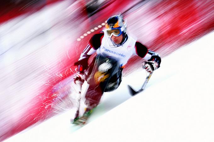 Россиянин Николай Шувалов выполняет стремительный вираж, преодолевая дистанцию слалома для сидячих спортсменов.