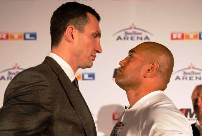 """На взвешивании Леапаи продемонстрировал вес в 248,2 фунта (112,5 кг), в то время как Кличко """"потянул"""" на 247,35 фунта (112,2 кг)"""