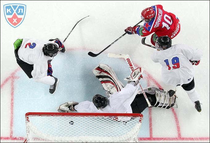 Сергей Толчинский на пятачке сборная EJHL на молодежном Кубке мира
