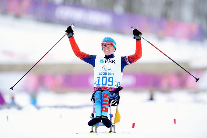 Светлана Коновалова празднует успех в биатлонной гонке на 12,5 километров для сидячих спортсменов