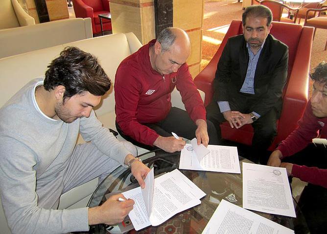 """Али-Реза Хагиги во время подписания контракта с """"Рубином"""""""