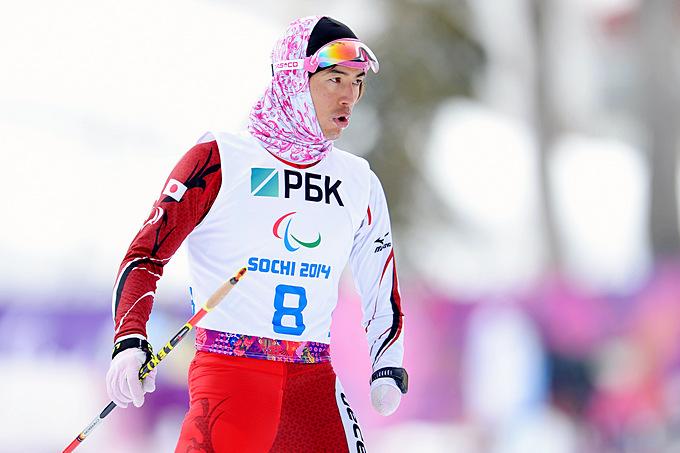 Японец Кеиши Саато готовиться к стрельбе в биатлонной гонке на 15 километров