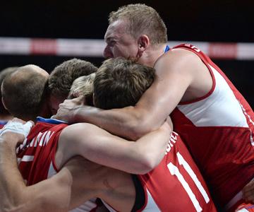 Алексей Спиридонов радуется победе сборной России на чемпионате Европы