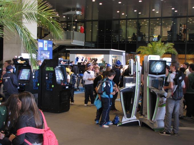 Зона развлечений с автоматами с ретро-играми и магазин сувениров на заднем плане