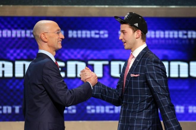 Комиссионер НБА Адам Сильвер и новичок «Сакраменто» Ник Стаускас