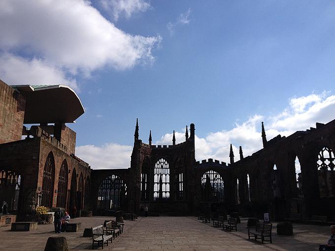О бомардировках гитлеровской авиации до сих пор напоминают почерневшие от гари стены кафедрального собора святого Михаила