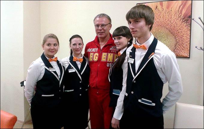 Вячеслав Фетисов с волотнтёрами на XXII Зимних Олимпийских играх в Сочи