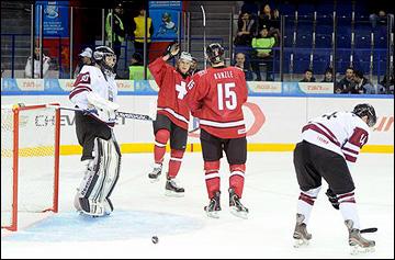 Матч Швейцария — Латвия. Обратим внимание на пустые ряды кресел на заднем плане…