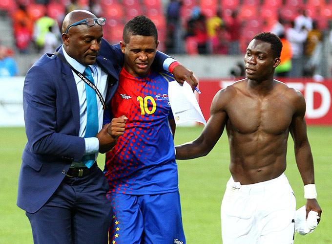 Полузащитник сборной Ганы Кристиан Атсу утешает форварда команды Кабо-Верде Элдона Нхука
