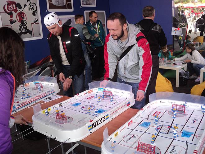 Болельщики играют в настольный хоккей