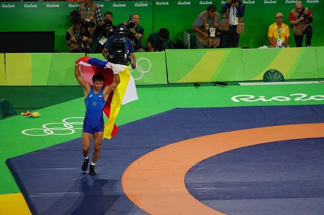 Сослан Рамонов - с флагами России и Северной Осетии