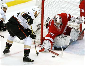"""6 мая 2013 года. Детройт. Плей-офф НХЛ. 1/8 финала. Матч № 4. """"Детройт"""" — """"Анахайм"""" — 3:2 (ОТ). Даниэль Винник пытается обыграть Джимми Ховарда"""