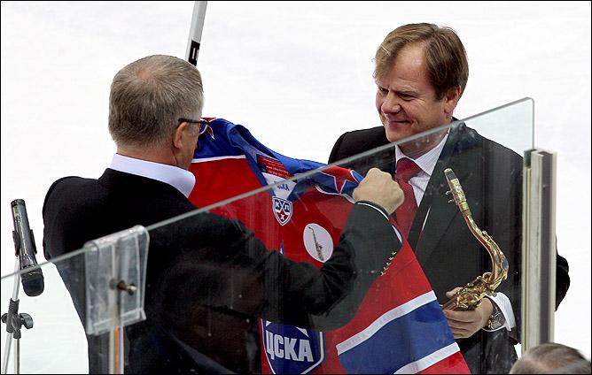 В свое 50-летие Игорь Бутман исполнил Гимн России на саксофоне и получил в подарок форму ЦСКА под номером 50