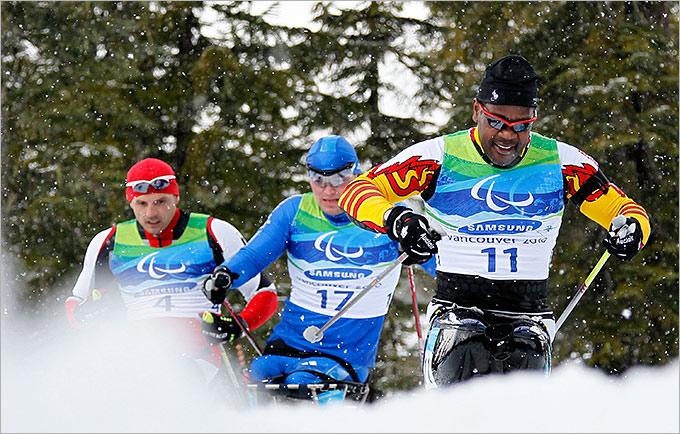 Специальное кресло крепится к лыже и оснащено ремнями и некоторыми другими креплениями, а также подвеской для снижения нагрузки на тело спортсмена