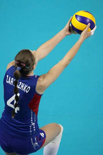 На подаче блокирующая сборной России Ирина Заряжко