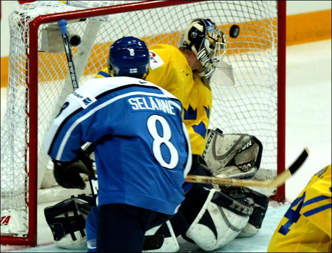 Топ-100 историй ИИХФ. История № 61. 2003. Швеция - Финляндия. Фото 01.