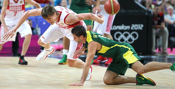 Андрей Кириленко в борьбе за мяч