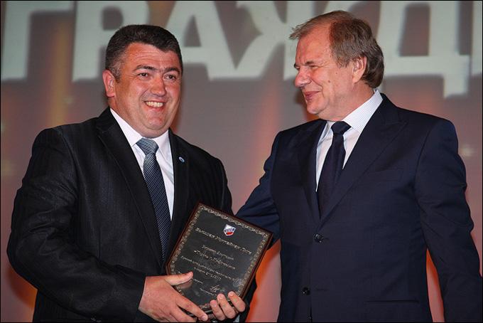 Вице-президент ФХР Валерий Фесюк (справа) вручает Анатолию Зизенко приз лучшего сотрудника ВХЛ