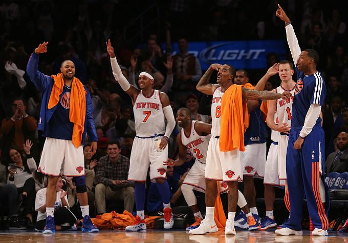 """Игроки """"Нью-Йорка"""" радуются очередному трёхочковому попаданию партнёра"""